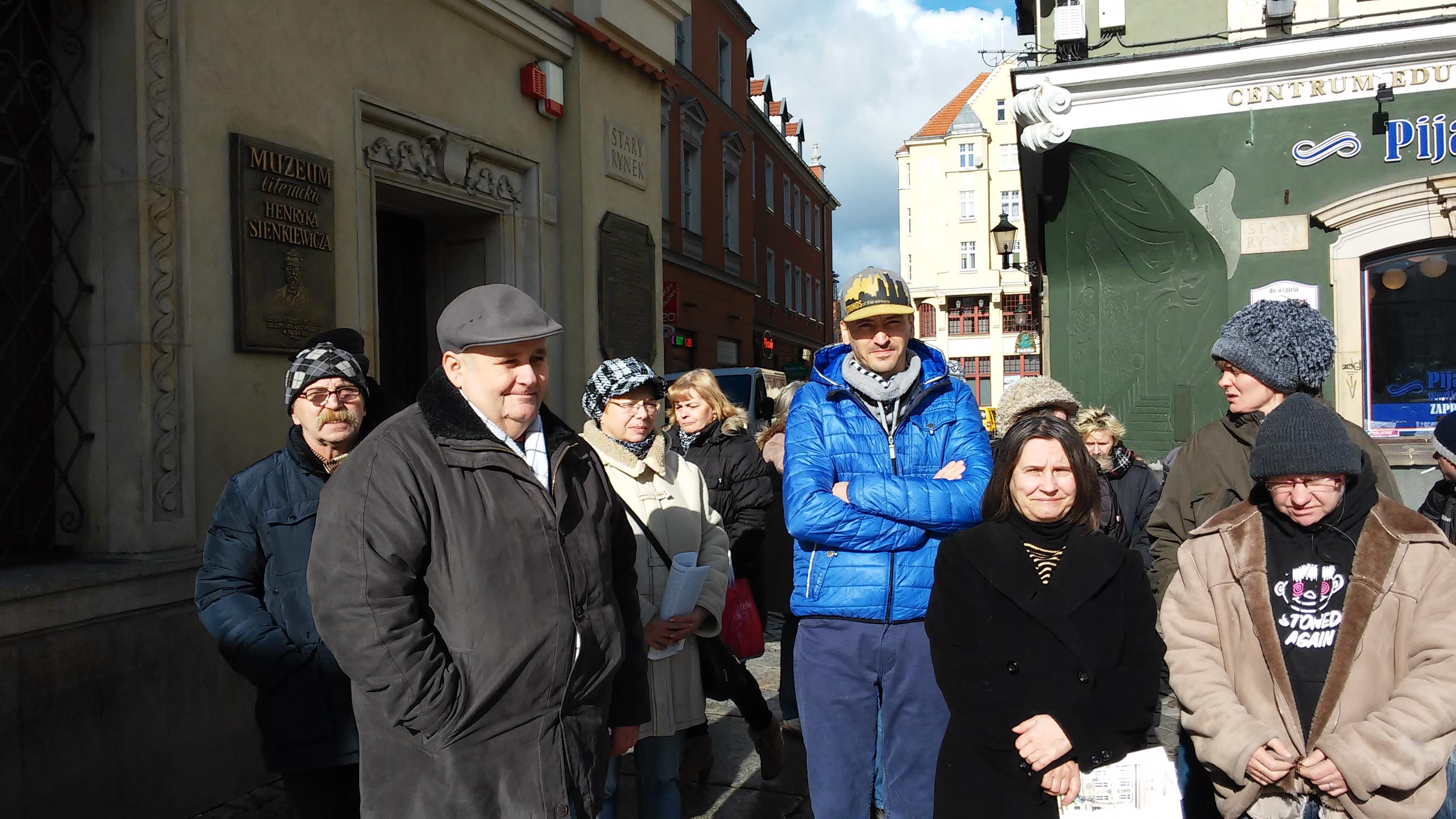wyjscie-integracyjne-uczestnicy-przed-muzeum-sienkiewicza